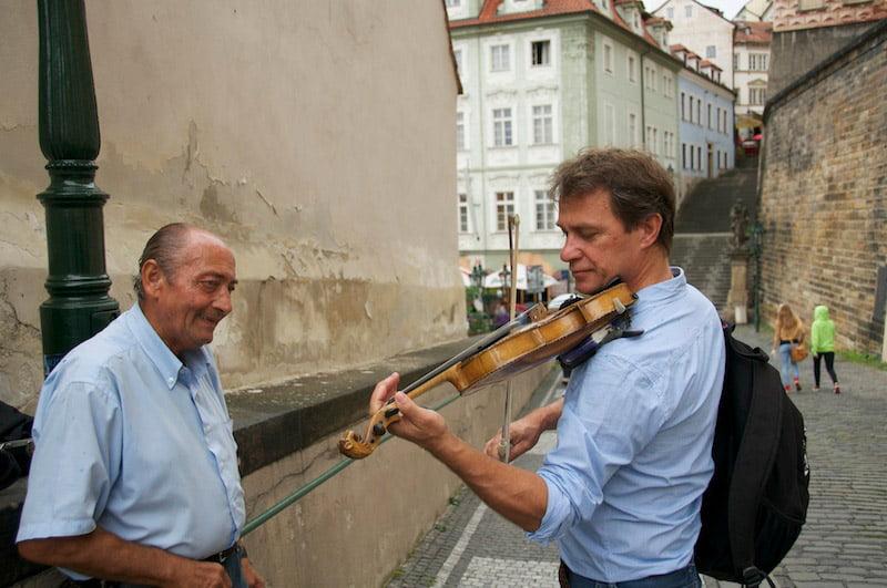 Dominique joue du violon à Prague 08/2014